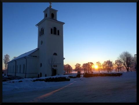 Ute från dagis. Solen är här vid vår vackra kyrka.